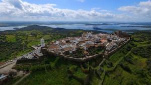 La pequeña Monsaraz domina el valle del Guadiana.