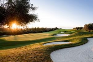 El campo de golf de 6.802 metros, par 72 y más de 100 bunkers, es obra de Cabell B Robinson, un arquitecto norteamericano espacializado en campos de golf. Foto: Finca Cortesín