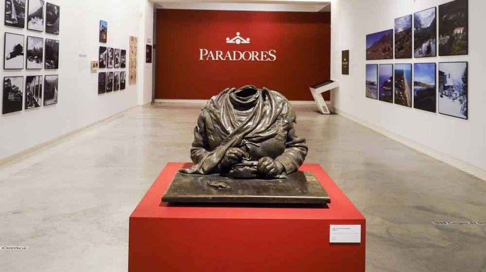 Paradores celebra sus 90 años con una exposición en la que hace una retrospectiva de sus 130 establecimientos por toda España. En la Fundación Mapfre hasta el 24 de junio.