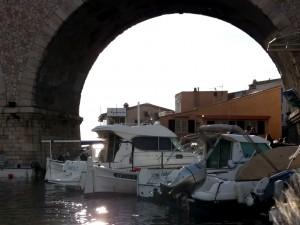 Bajo el característico viaducto del puerto de Le Vallon des Auffes.