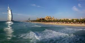 El hotel Burj Al Arab_Dubai, visto desde el agua.