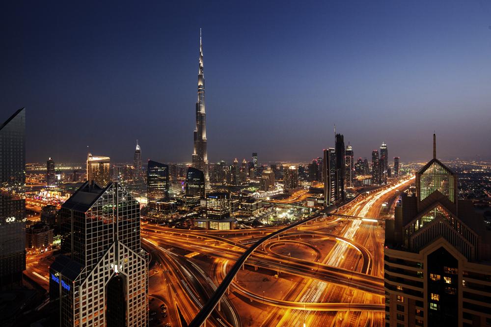 Panorama nocturno de Dubái, con el hotel Burj Khalifa en el centro.