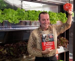 Floren Domezáin con su libro y un espléndido tomate de su cosecha.