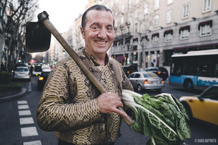 Floren Domezáin en pleno centro de Madrid, con su azada. Foto: ©dansanphoto