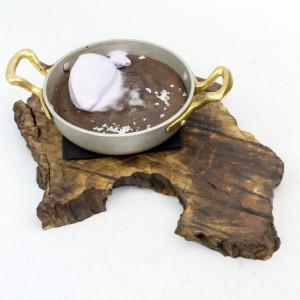 Chocolate costrao con helado de violeta.