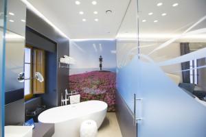 El baño, con vistas al Cantábrico.