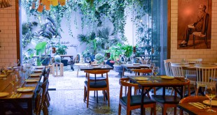 Una imagen de Valle-Inclán, a la derecha, preside el patio del restaurante.