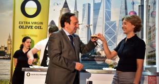 La ministra de Agricultura, Isabel García Tejerina, brindó, por el éxito de la iniciativa, con el presidente de la Interprofesional del Aceite de Oliva Español, Pedro Barato.