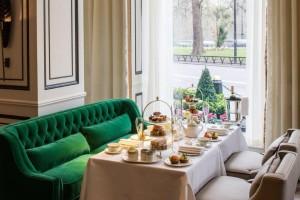 Una tarde clásica de tomar el té en Londres incluye la Victoria Sponge. Una buena dirección es Park Room at Grosvenor House.