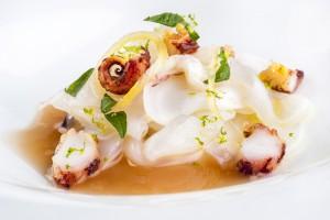 Tallarines de calamar fresco  con un toque picante y fondo de chipiron. Foto: © Javier Capel.
