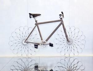 Acero en lugar de neumático es la propuesta loca del diseñador israelita Ron Arad.