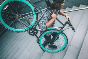 Con sus 12 kilos de peso, la bici antirrobo YERKA Bikes se puede cargar facilmente escaleras arriba y abajo.