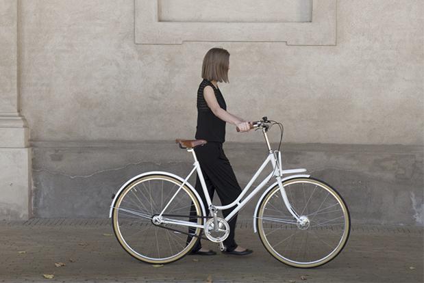 La expresión minimalista y la artesanía danesa le confieren este aspecto a la bicicleta.