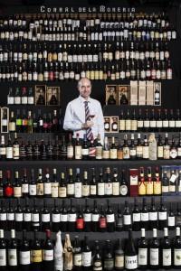 El Corral de la Morería tiene una bodega con más de 600 referencias de vino de jerez.