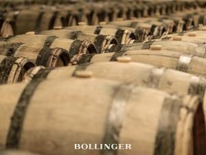 En la bodega de Bollinger, los barriles albergan los mejores caldos de la última cosecha.