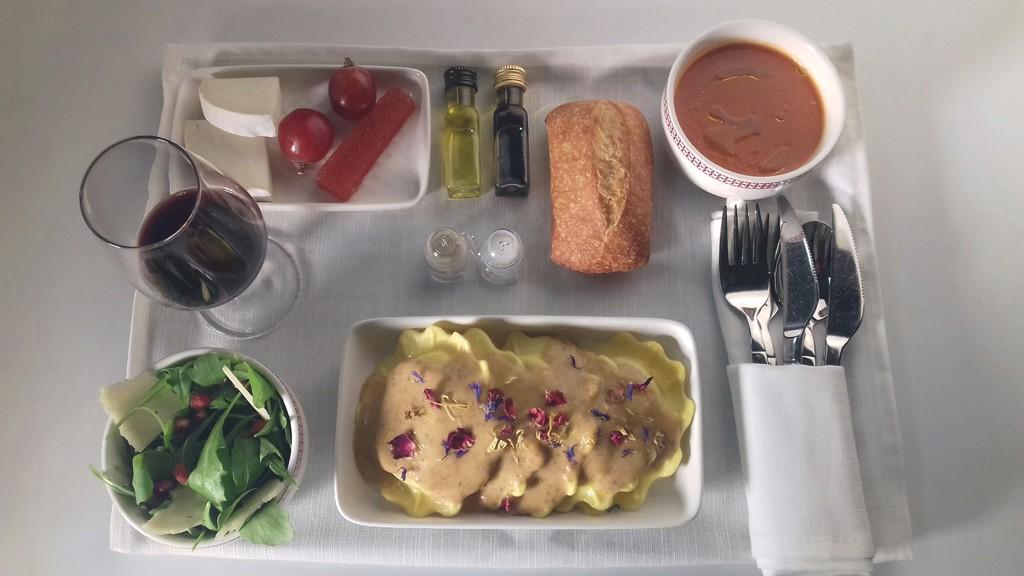 Gazpacho, queso de cabra con membrillo y uva, ensalada de rúcula y pasta rellena de queso y nueces.