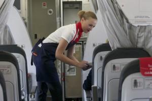 Una auxiliar de Iberia Express atiende los deseos de un pasajero.