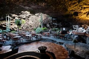 """El restaurante """"Jameos del Agua"""" forma parte de las cuevas del mismo nombre."""
