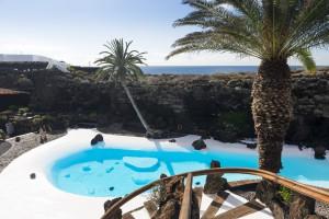 Se halla situado en el norte de Lanzarote, concretamente en el municipio de Haría, en Punta Mujeres.