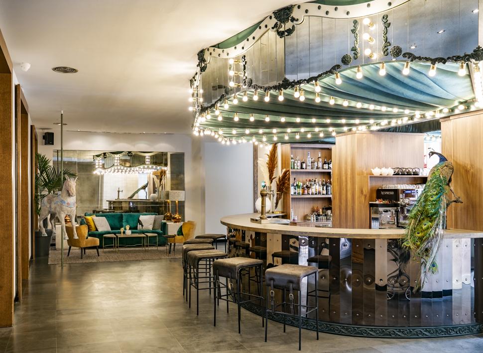 La barra del bar tiene forma de carrusel.
