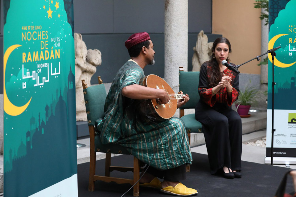 Dos miembros del grupo De Mar a Mar, que actuó en la presentación del festival.