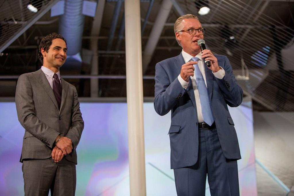 De izquierda a derecha: el diseñador Zac Posen y el CEO de Delta, Ed Bastian, durante el desfile de presentación.
