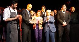Juan Manuel del Rey recoge el premio de manos de Blanca del Rey, directora artística y copropietaria del Corral de la Morería, y Rafael Ansón, presidente de Real Academia de Gastronomía.