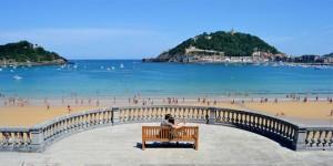 Tradición y modernidad se aúnan en la Playa de la Concha.