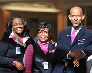Uniforme del 2008, con detalles en rosa apoyando a la Fundación de investigacion del cáncer Evelyn H Lauder.