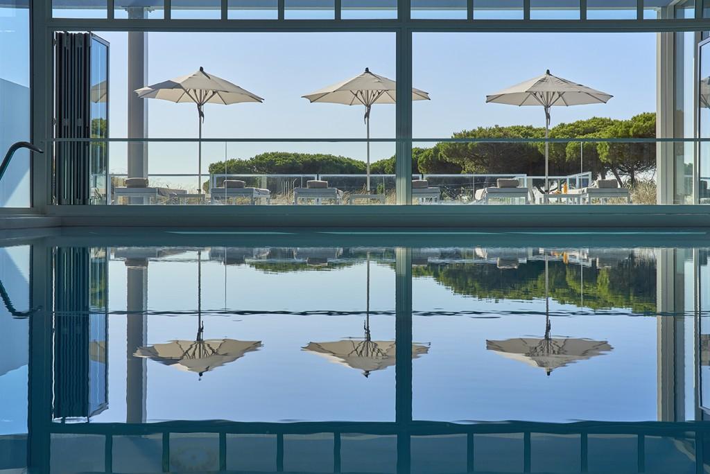 Vista de la piscina cubierta del hotel.