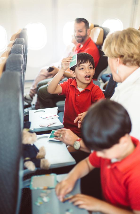Evelop, la aerolínea del grupo Ávoris además de las películas infantiles en su sistema de entretenimiento a bordo, entrega cartas con las que ejercitar la memoria y un puzzle.