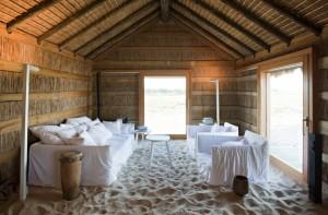 Casas Na Areia ofrece alojamientos diseñados por el arquitecto Manuel Aires, que tienen la arena como suelo. Foto: Casas Na Areia.
