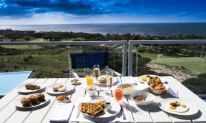 Desayuno con vistas al mar.