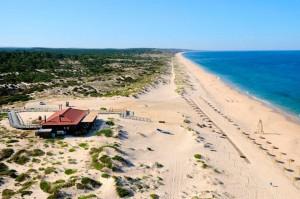 Las dunas de su costa se mantienen intactas, al igual que los pinares y las grandes extensiones de arrozales vecinos. Foto: facebook Herdade da Comporta.