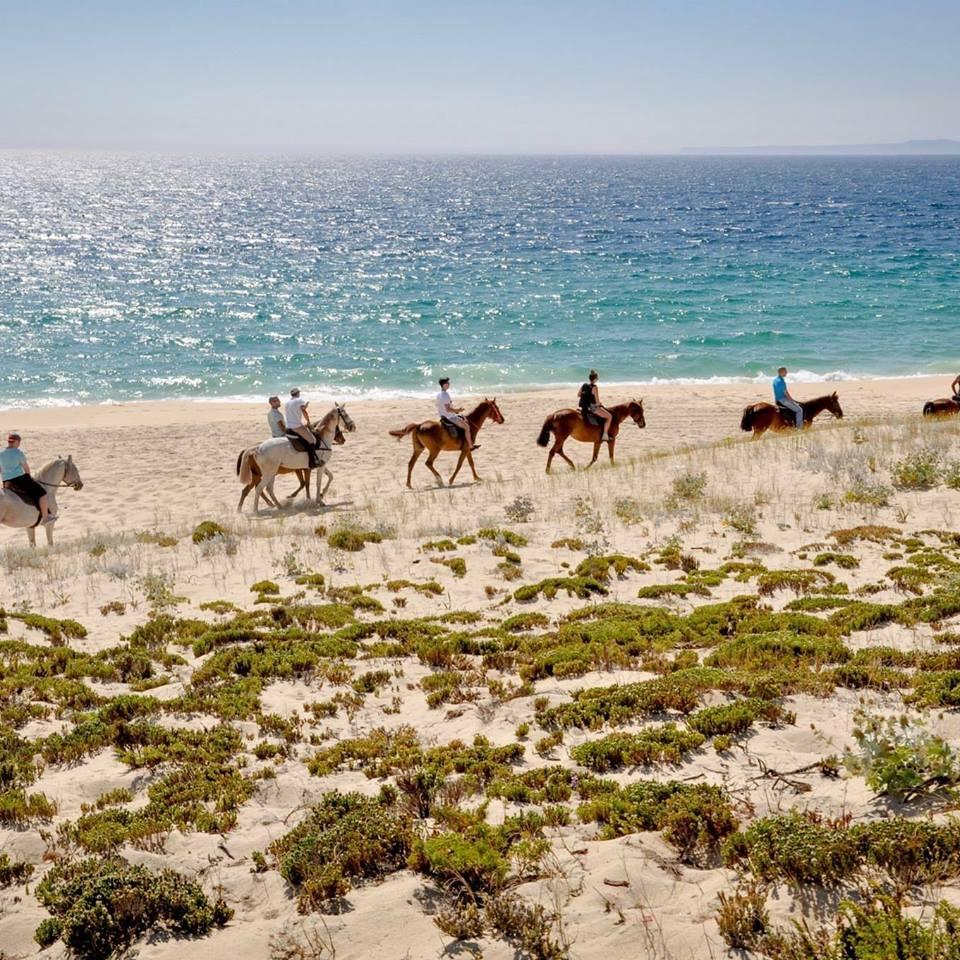 Pasear en bicicleta, montar a caballo o hacer yoga son otras opciones de ocio para disfrutar. Foto: facebook de Cavalos Na Areia.
