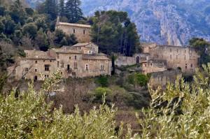 El pueblo Oppède Le Vieux es el punto de partida para caminar por los viñedos que lo rodean.