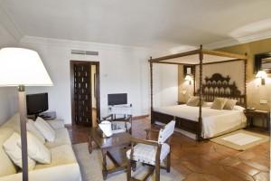 Casi todas las habitaciones lucen camas adoseladas que hacen sentir al viajero como si estuviera en un aposento de un viejo palacio.