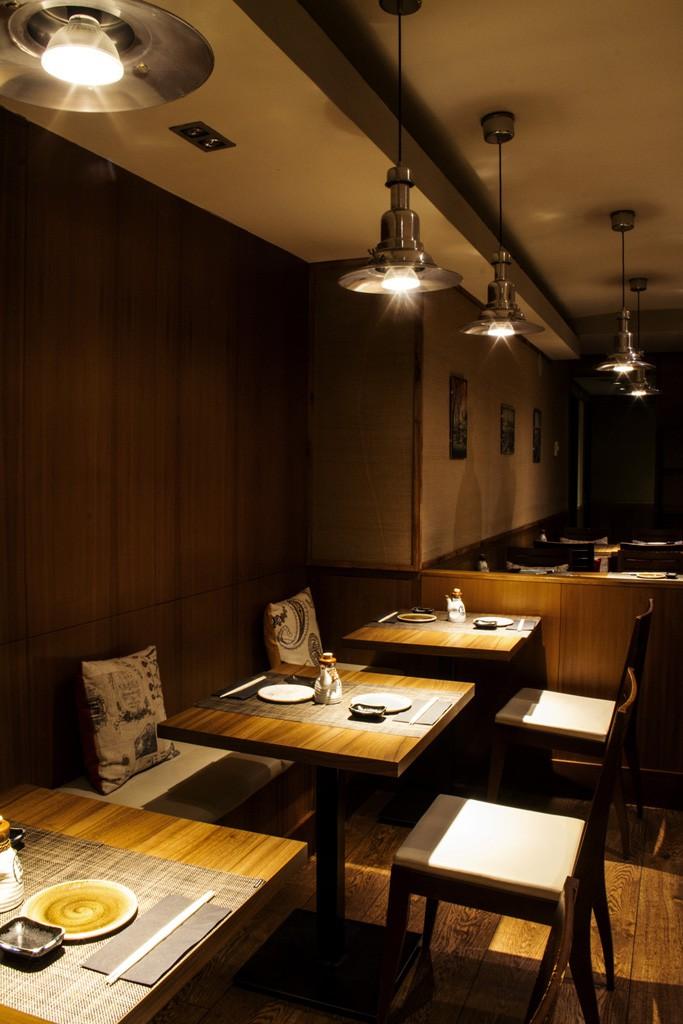 El restaurante está ubicado junto a la Gran Vía de Madrid, en el número 5 de la calle de la Flor Baja.