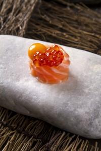 Lo que más le gusta a Yong Wu Nagahira es ver cómo los demás disfrutan con los platos que elabora. En la foto: Gunkan de salmon, yema de codorniz y trufa.