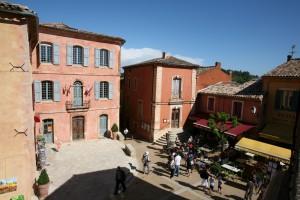 Subiendo callejuelas, aparece la plaza de Roussillon, a medio camino hasta llegar a la cima del pueblo.