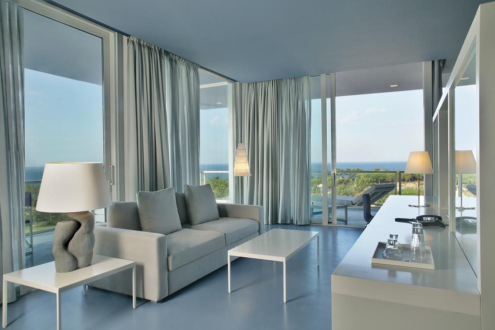 Todas las habitaciones tienen vistas espectaculares al mar o al bosque.