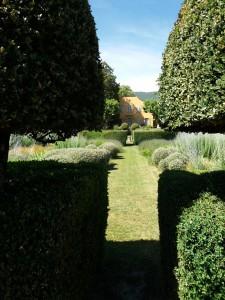 A los bordes del camino, aparecen imágenes de bonitas casas de campo, como esta escondida tras un sencillo pero soberbio jardín.