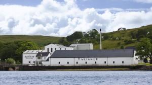 A orillas del mar en la Isla de Skye, uno de los paisajes más remotos, escarpados y bonitos de Escocia, se produce el whisky escocés de malta más antiguo.