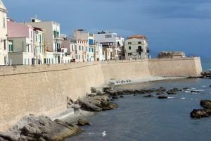 En la ciudad de Alghero se habla catalán, posee antiguas murallas y es singular su casco antiguo adoquinado.