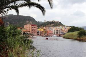 Bosa recibe al visitante con una imagen de postal, con el castillo de Malaspina en la cumbre y con sus casas de colores llamativos.