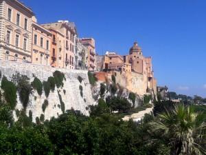 Cagliari conserva un barrio medieval y amurallado espectacular, conocido como Castello.