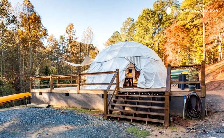 Rodeada de bosques y arroyos, esta curiosa tienda de campaña está preparada para cinco personas.