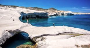 La playa de Sarakiniko, en la pequeña isla volcánica griega Milos, con sus rocas color blanco se la describe como un paisaje lunar.