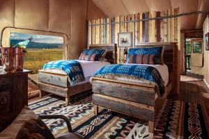 Interior rústico y acogedor para disfrutar del descanso en el campamento North Bank de Montana.