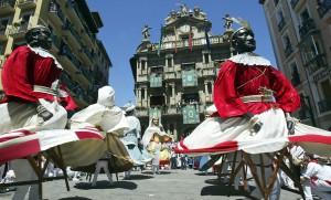 Pamplona es una de las últimas rutas abiertas por Lufthansa en España. Foto: Gigantes frente al Ayuntamiento durante San Fermín (Turismo de Navarra).
